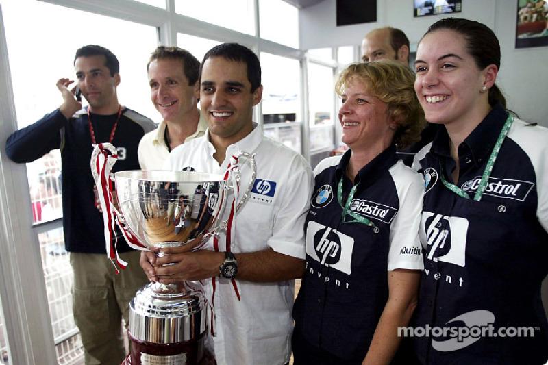 Ganador de la carrera Juan Pablo Montoya celebra