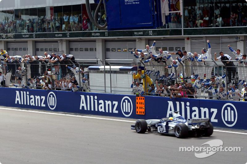Le vainqueur Ralf Schumacher salué par les membres de Williams BMW