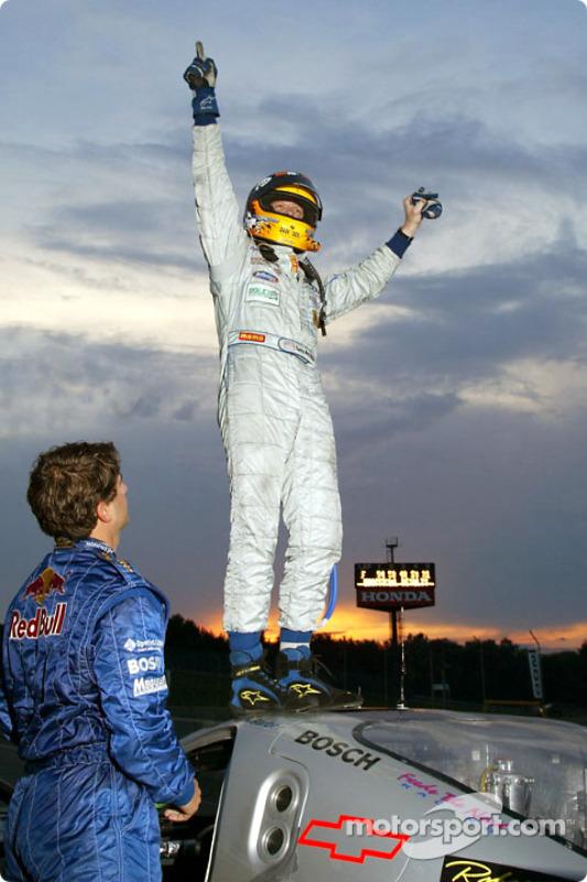 Terry Borcheller saute au dessus de la Chevy Doran JE4 n°54 de l'équipe Bell Motorsports pour célébr
