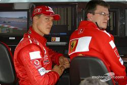 Michael Schumacher mira la sesión de calificación