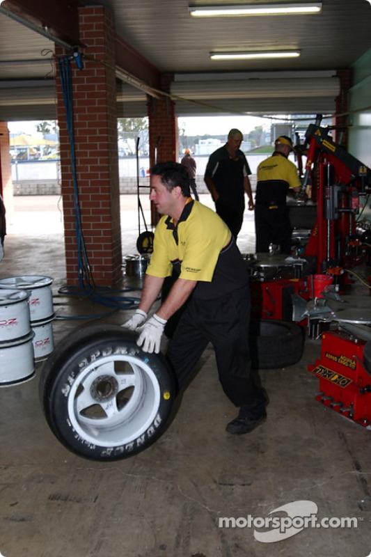 Les techniciens de Dunlop préparent le contrôle des pneus pour les séries