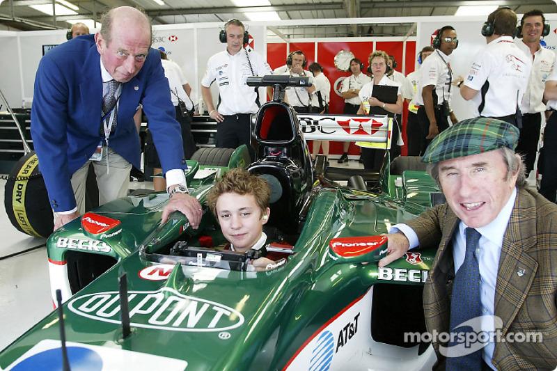 Jackie Stewart de Jaguar posa con el duque de Kent y su nieto, Edward Lord Downpatrick, en el área de garaje Jaguar