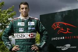 Justin Wilson pose après son transfert de Minardi à Jaguar Racing à l'usine Jaguar Racing à Milton Keynes