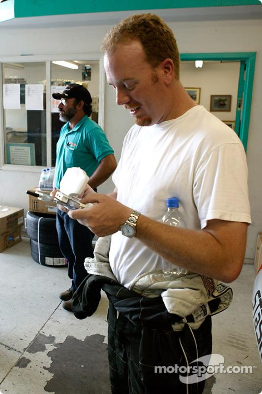 Le pilote STaSIS Jon Prall démontre le système de live timing ALMS sur une Nintendo Gameboy