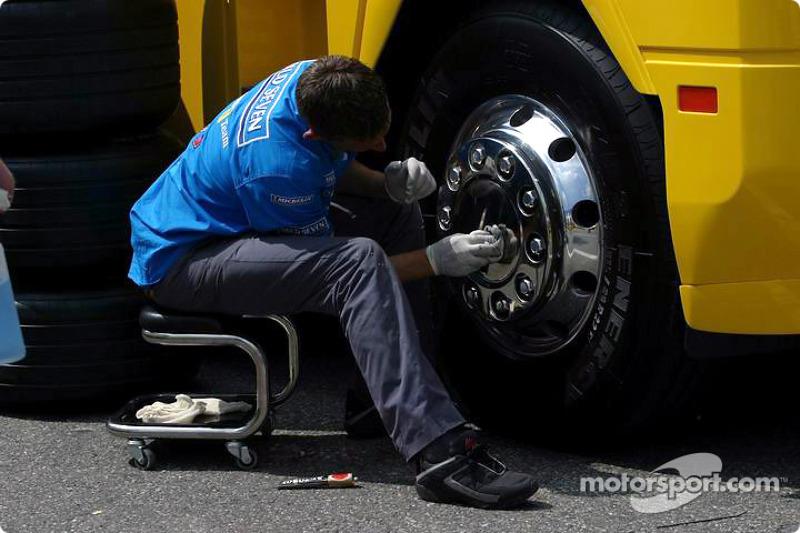 Miembro del equipo Renault F1 limpia el trailer