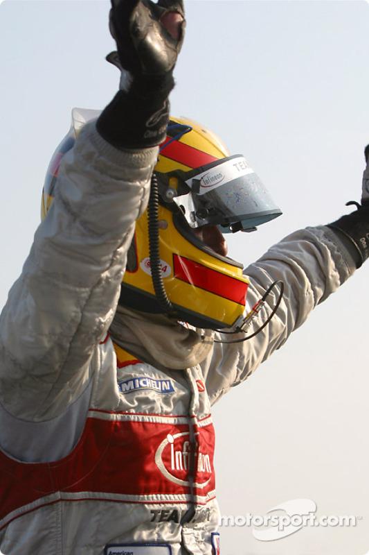 Frank Biela célèbre sa victoire