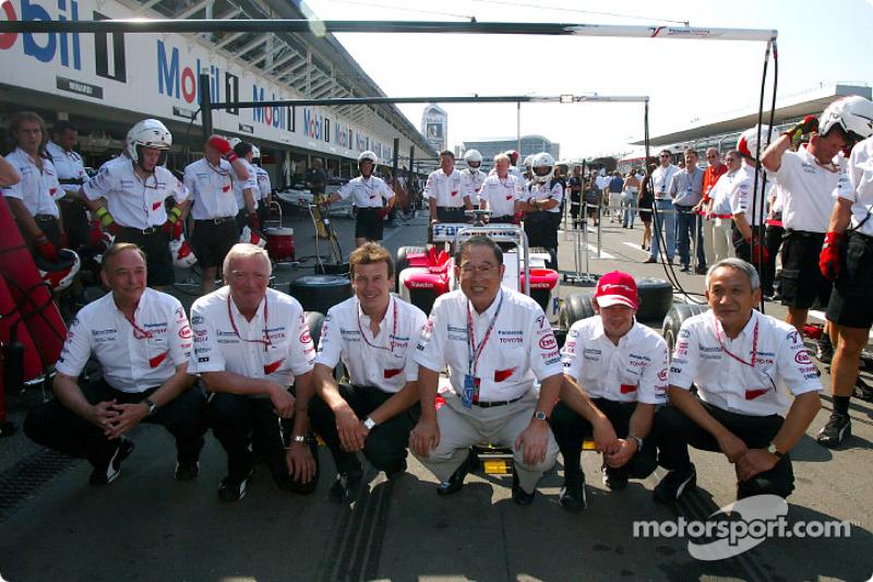 John Howett, Presidente de TMG, Ove Andersson, director del equipo Toyota, Olivier Panis, Fujio Cho,