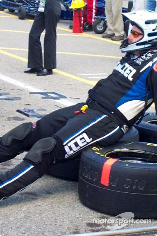 Un mécanicien de Ryan Newman se relaxe