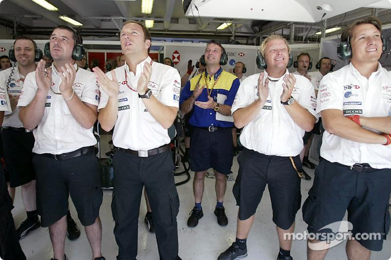 Los miembros del equipo Jaguar observan la clasificación de Mark Webber