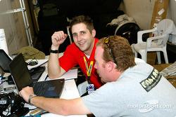 Jon Prall (d) et Ryan Fackett (g) de StaSIS Engineering passent en revue des données de la voiture #78 après une séance d'essais libres