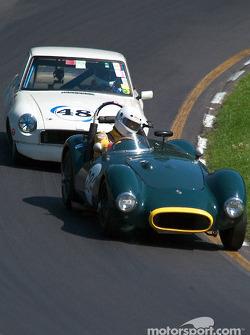 La #284 Lester MG de 1950, détenue par Steve Konsin, devance la #48 Triumph Spitfire de 1963, détenue par Russ Moore