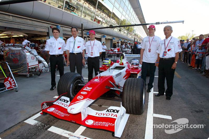 Ricardo Zonta, Kunio Nakamura, Presidente de Panasonic, Cristiano Da Matta y Olivier Panis Akihiko Saito, Vicepresidente Ejecutivo Toyota Motor Corporation