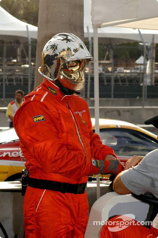 Un membre de l'équipe JMB Racing USA