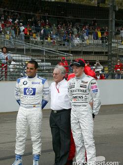 Bernie Ecclestone posa con Juan Pablo Montoya, Michael Schumacher y Kimi Raikkonen