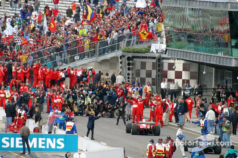 Michael Schumacher llega al Parc Fermé