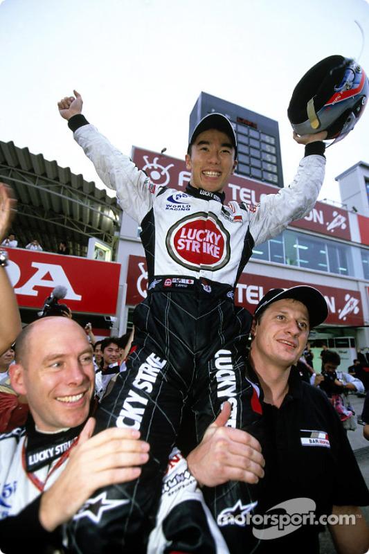 Takuma Sato celebra