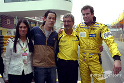Ralph Firman et Eddie Jordan avec des membres de la famille du regretté Teddy Yip
