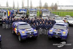 Volkswagen Motorsport team: Jutta Kleinschmidt, Fabrizia Pons, Bruno Saby and Matthew Stevenson with the team