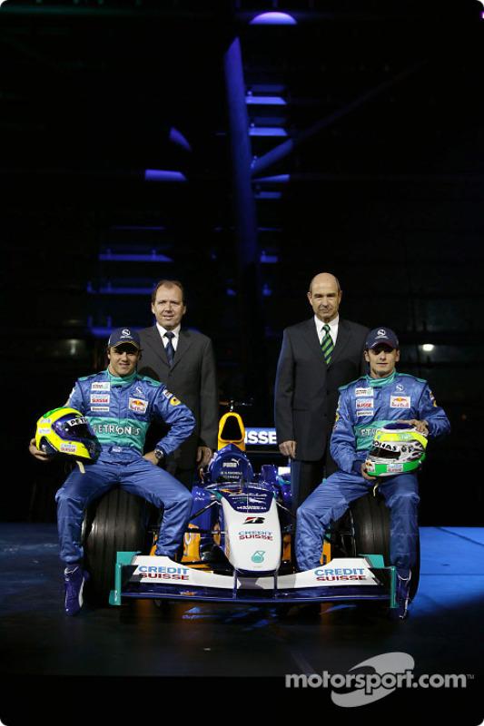 Felipe Massa, Willy Rampf, Giancarlo Fisichella et Peter Sauber avec la nouvelle Sauber Petronas C23