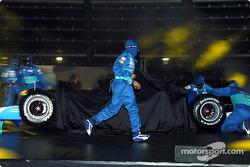 Mechanics assemble the new Sauber Petronas C23
