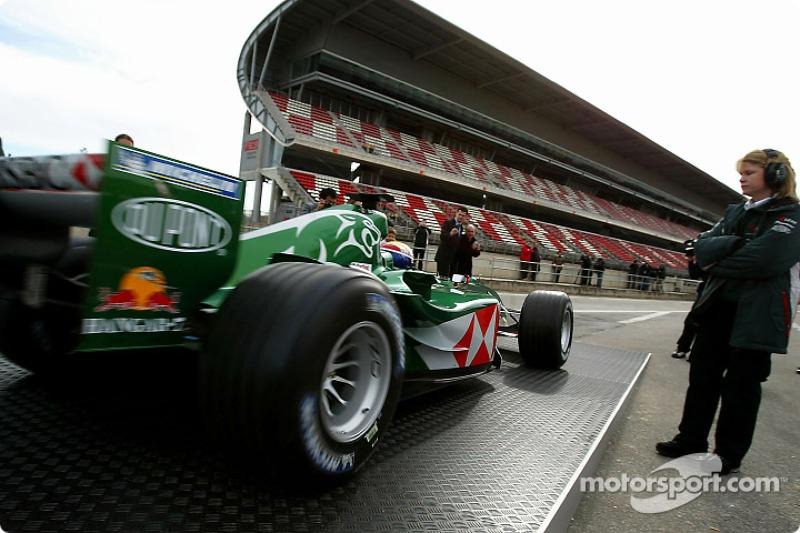 Mark Webber exits marquee ve, onto track to test yeni Jaguar R5