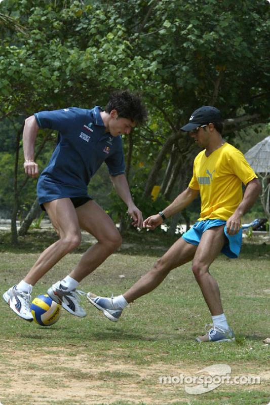 Entraînement des pilotes Sauber à Kota Kinabalu : Giancarlo Fisichella joue au football