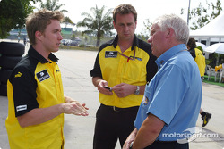 Nick Heidfeld discusses ve FIA Delegesi Charlie Whiting