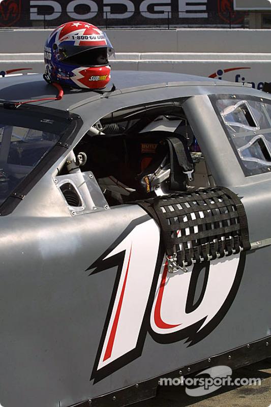 La voiture et le casque de Greg Biffle