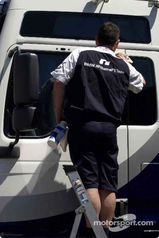 Un membre de Williams-BMW lave le camion
