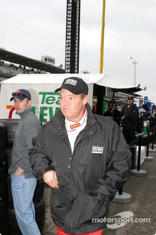 Al Unser Jr. arrive dans les stands après un long délai à cause de la pluie