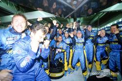 Сотрудники команды Renault F1 team празднуют победу
