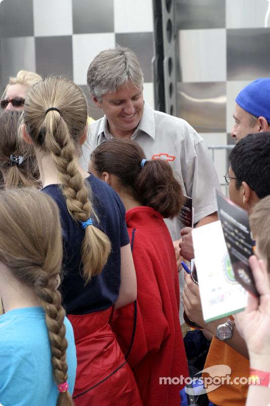 Eddie Cheever signe des autographes