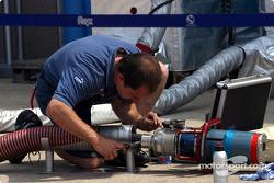 Un mécanicien Sauber vérifie le matériel du ravitaillement