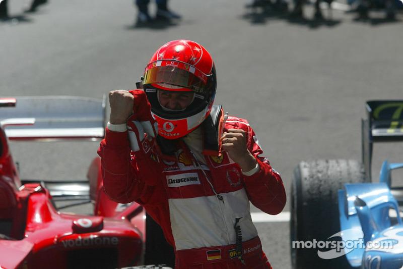 Michael Schumacher celebra en el parc ferme.