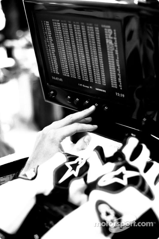 Jenson Button observe un écran
