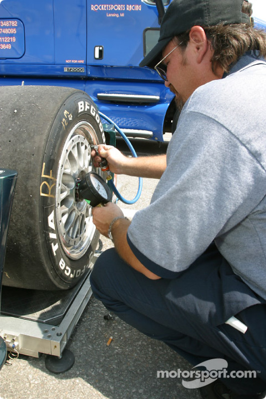 Un mécanicien de Rocketsports Racing au travail