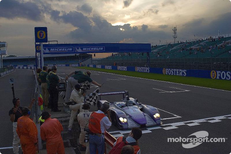 #8 Audi Sport UK Team Veloqx Audi R8: Allan McNish, Pierre Kaffer takes the checkered flag