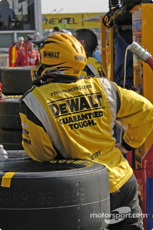 Un membre du Roush Racing regarde l'écran géant