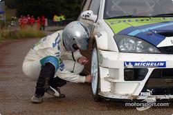 Stéphane Prévot checks tire pressure before stage 16