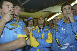 Jarno Trulli, Fernando Alonso and Renault F1 team members get ready to celebrate pole position