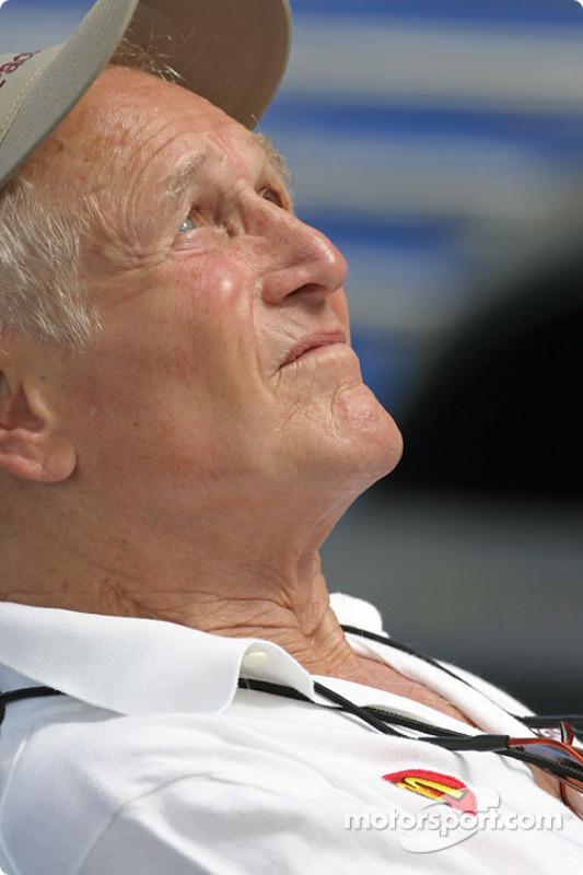 Paul Newman profite du soleil