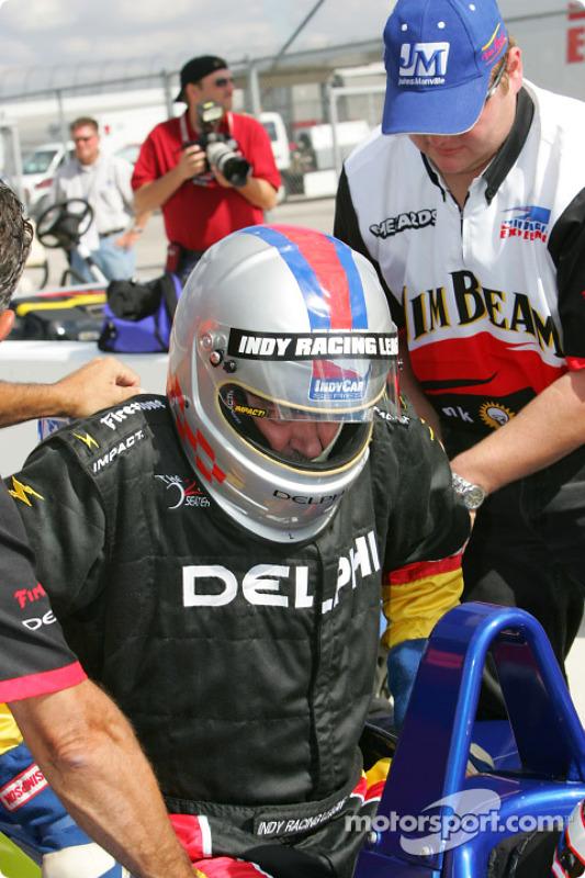 La bi-place IndyCar Indy Experience : un invité entre dans la voiture