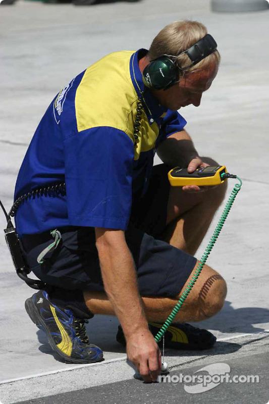 Un technicien Michelin relève la température de la piste
