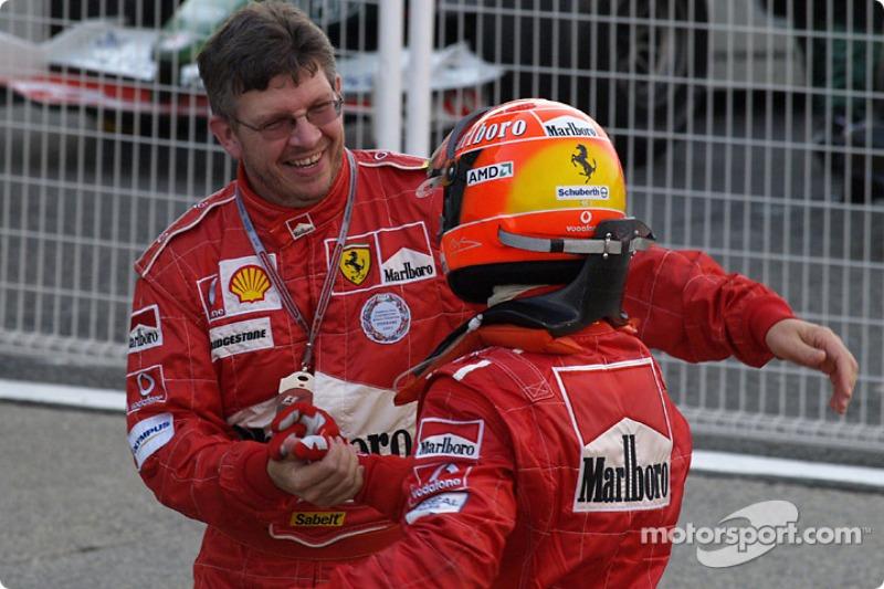 El ganador de la carrera, Michael Schumacher, celebra con Ross Brawn