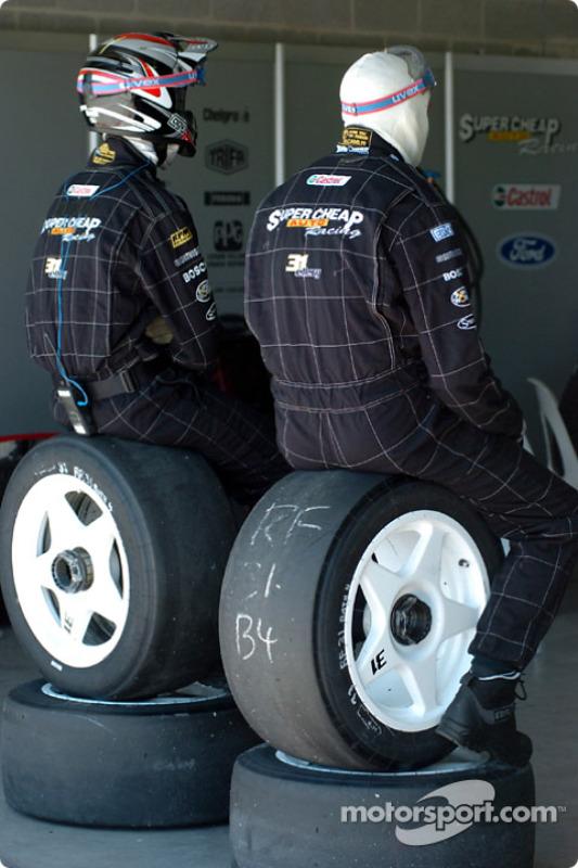 Les préposés aux pneus se reposent