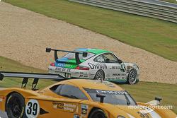 La Porsche GT3 Cup n°43 Orison-Planet Earth Motorsports : Sam Shanaman, Brett Shanaman sort de la piste