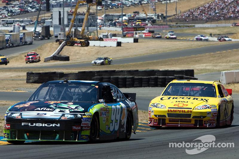 Carl Edwards, Roush Fenway Racing Ford en Clint Bowyer, Richard Childress Racing Chevrolet