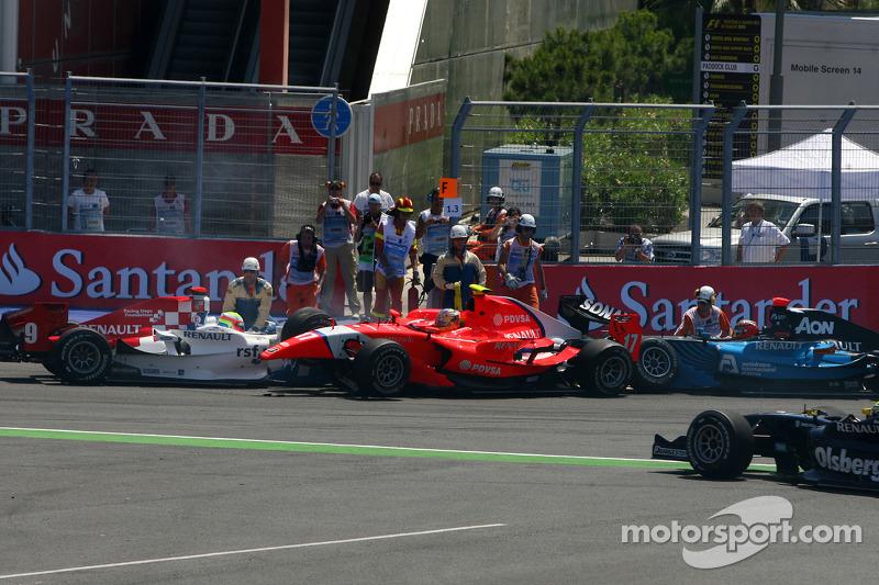 Crash bij bocht 2, start van de race, Oliver Turvey en Charles Pic