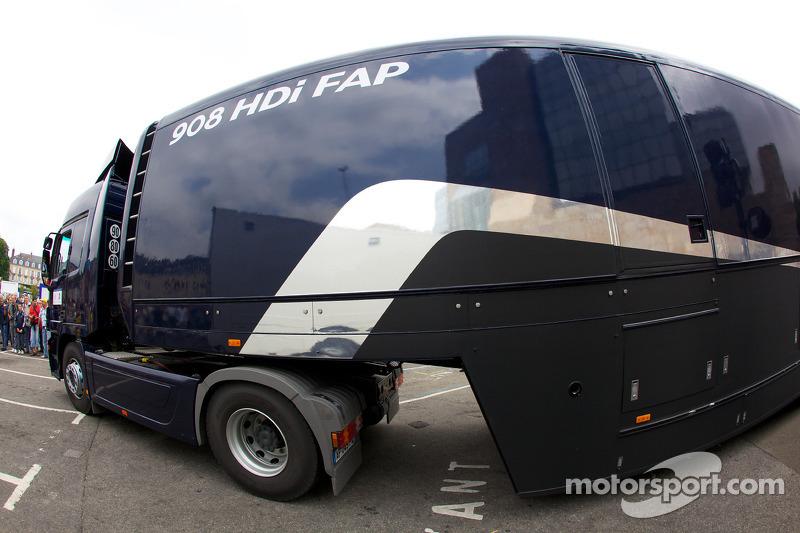Team Peugeot transporter, scrutineering