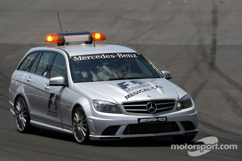 De medical car op weg naar Mark Webber, Red Bull Racing na crash